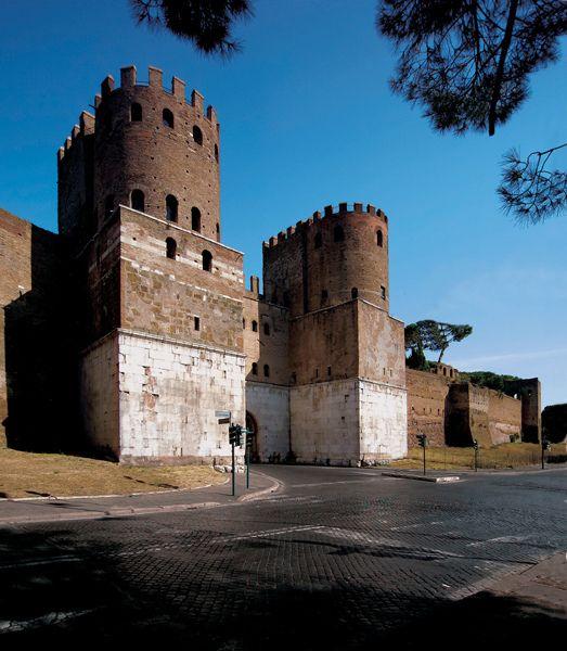 The Aurelian Walls are a line of city walls built between 271 AD and 275 AD in Rome, Italy, during the reign of the Roman Emperors Aurelian and Probus. (From Wikipedia) / Murallas Aurelianas, son construidas por el emperador Aureliano para defender la Ciudad de Roma de los barbaros. En su construcción alcanzó una longitud de 19 kilómetros y fue terminada entre los años 271-275 d.C.