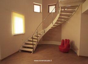 scala elicoidale in metallo verniciato e gradini in legno