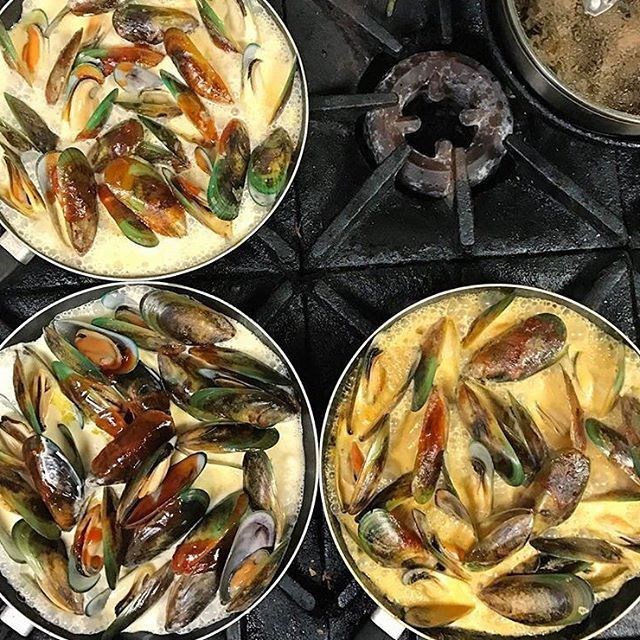 YUM YUM YUUUUUM 😍😍 Repost @deliciosatapas #greatthingsgrowhere #delicious ・・・ Pans full o' 💪🏻💪🏻💪🏻 #best #mussels in #hawkesbay #nz 1kg of the finest, finished with housemade chilli jam, a load of #wine and cream 👌🏻