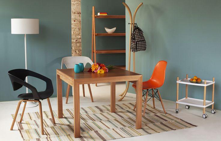 #mesa extensible de madera, su cubierta es de madera aglomerada enchapada en Mara, medidas: Cerrada 94 x 94, Abierta 188 x 94, alt. 74 cms. Su patas son de roble.