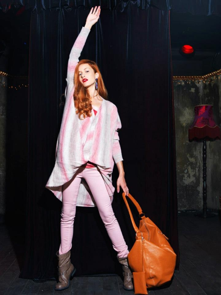 Skinny trouser and loose blouse in pink tones.