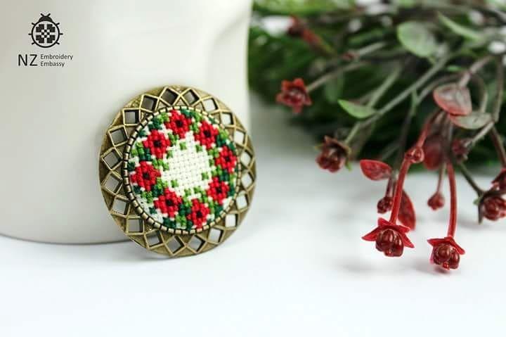 "Одна з улюблених! Брошка ""Віночок""  Основа 3.5см, вишивка 2.5см  200UAH  #nzee #nzembroidery #nzembroideryembassy #nzszuenirkft #nzсувенір #embroiderybrooch #embroideryflowers #embroidery #embroideryart #jewellery #handmade #crossstitch #crossstitchart #вишивкахрестиком #вишивка #вишитаброшка #вишитіквіти"