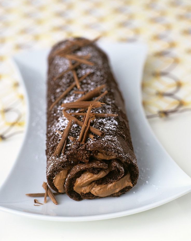 Mehr Schoki geht nicht! Biskuitrolle mit Schokoladen-Fudge | http://eatsmarter.de/rezepte/biskuitrolle-mit-schokoladen-fudge