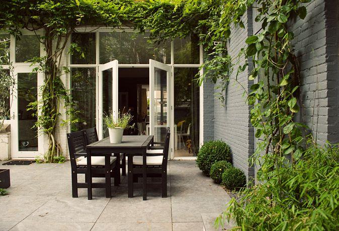 www.buytengewoon.nl. tuinontwerp - tuinaanleg - tuinonderhoud.  Ommuurde achtertuin bij nostalgische woning in Den Haag. Met [winter]groene beplanting en diverse terrassen. www.buytengewoon.nl