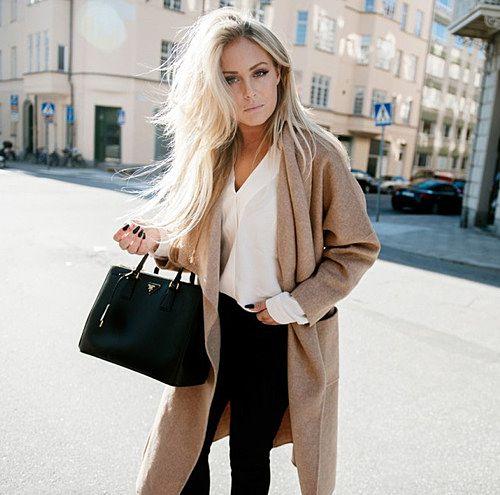 茶色のロングコートに中は白ブラウス+黒パンツ。 定番の組み合...