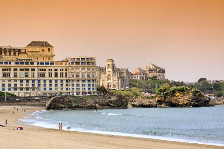 Prestigious resort nestled in the Bay of Biscay which combines small white houses with red shutters and luxurious palaces, Biarritz owes its fame to the favouritism of the Empress Eugenie to the Basque city. Napoleon III built himself a palace here and world leaders made it their favorite place of resort. Biarritz became a legend.