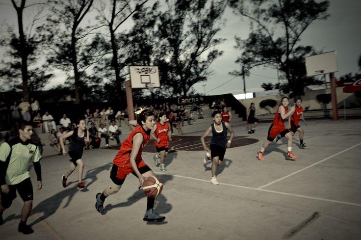 Partido de baloncesto de las alumnas de bachillerato en los XIV Juegos Interjosefinos