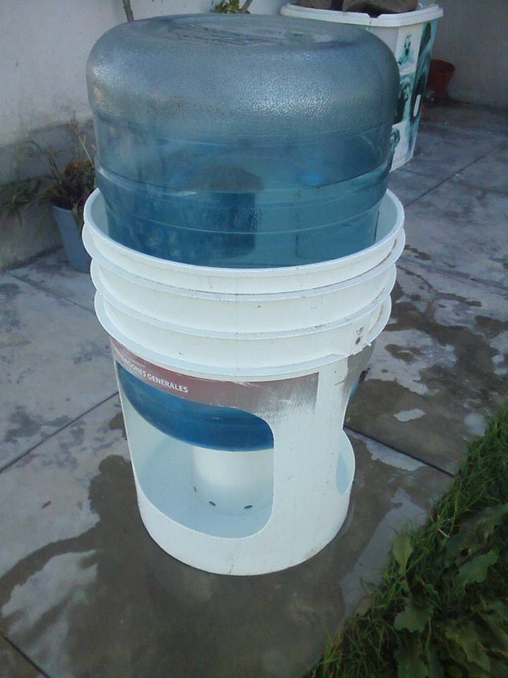 Construye un Bebedero para tu Perro. Se vienen días de calor y a nuestros mejores amigos no puede faltarle nunca agua limpia y fresca, con cuatro sencillos elementos podemos solucionar el tema.. Necesitaremos:. Un tacho de 20 Litros. UnBidónde...