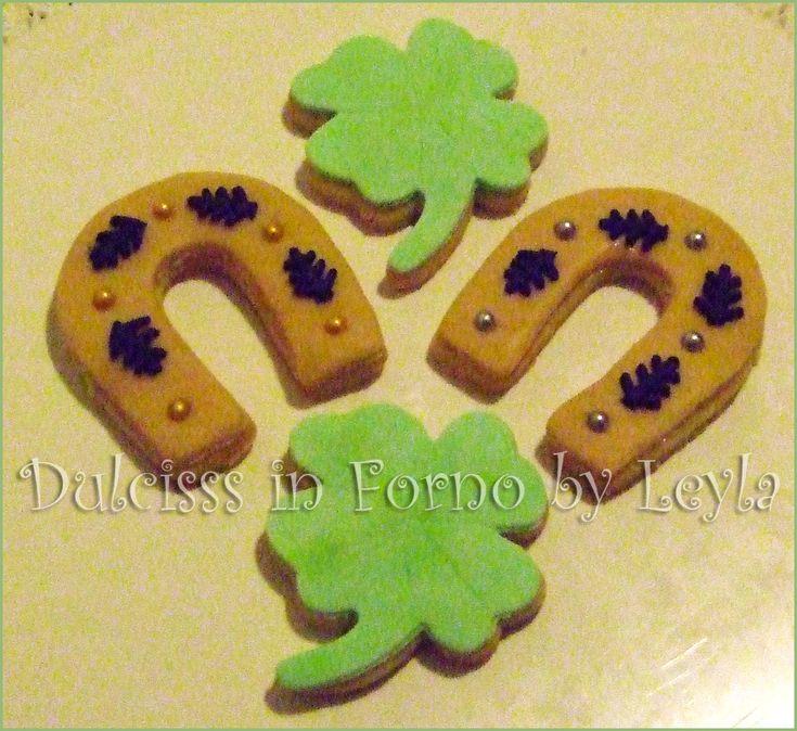 Biscotti decorati a forma di ferro di cavallo, quadrifoglio e maialino portafortuna