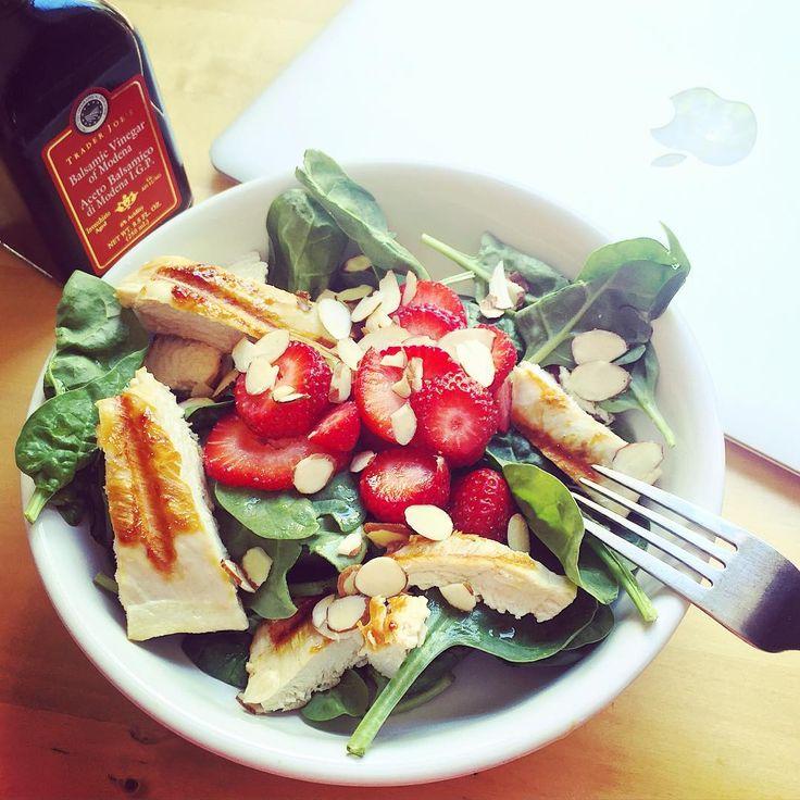 каждый год одно и то же показываю)) любимый летний перекус, грудка на гриле, шпинат (или любой листовой салат), миндальные листочки (или грецкие орехи, или любые другие), бальзамический уксус и клубника (вместо клубники черешня, персик, виноград могут быть). #пп #ппперекус #мотивация #тренировки #зож #похудение #диета #чистоепитание #правильноепитание