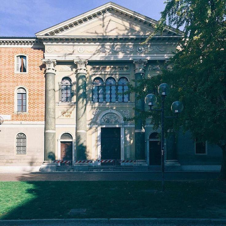 Oggi vi presentiamo la Sinagoga di Modena.  Fu voluta dalla Comunità ebraica modenese nel 1873 costruita in Piazza Mazzini in stile lombardesco.  È in pieno centro storico vicinissima al Palazzo Comunale e alla Ghirlandina ma una volta era stata pensata per essere al centro del ghetto ebraico nascosta dagli edifici intorno. Quando il ghetto fu chiuso nel 1861 con l'unione di Italia a Modena c'erano circa 1000 ebrei. Durante il periodo fascista fu nascosta dalle ampie chiome degli alberi…