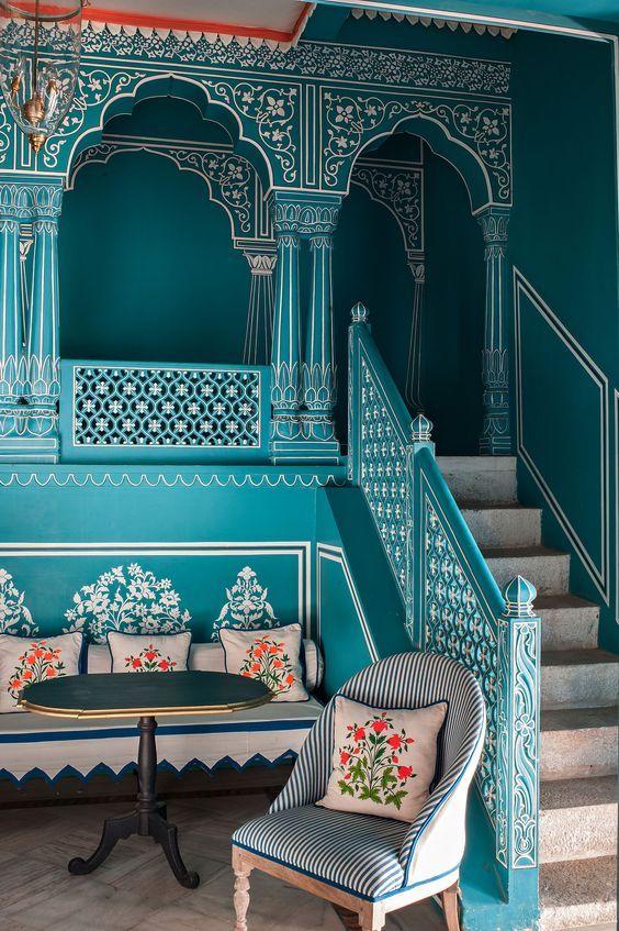 Indische stijl  Gebruik van sierlijke tekeningen en versieringen op de muren en het interieur. Hier wordt de kleur blauw gebruikt, maar ook weer eerder een warm en zacht blauw
