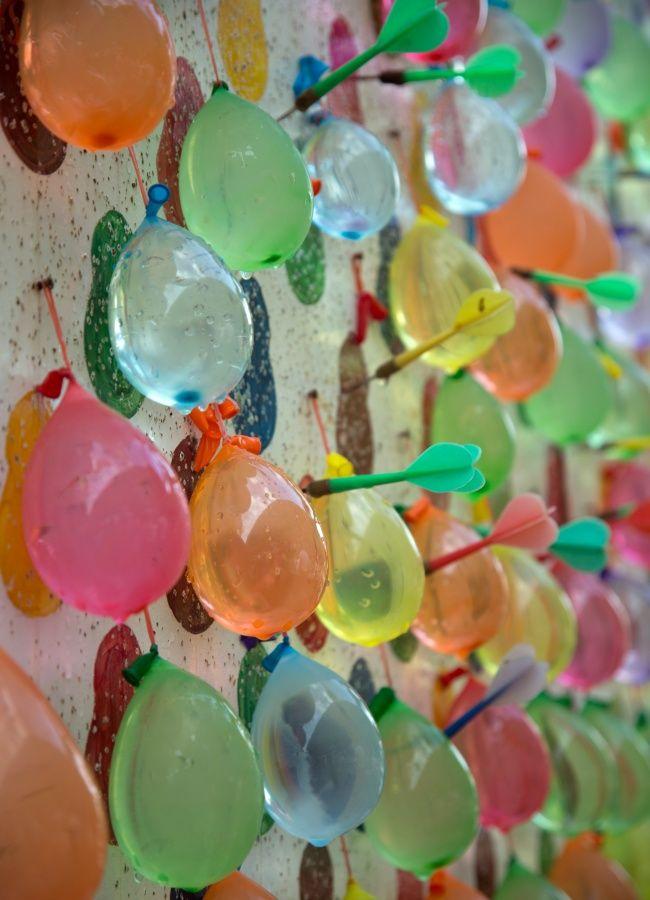 Σκοποβολή με μπαλόνια. Το κάθε μπαλόνι/χρώμα έχει συγκεκριμένους πόντους.