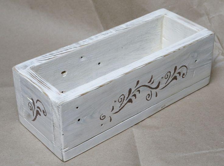 Caixa feita com madeira usada.