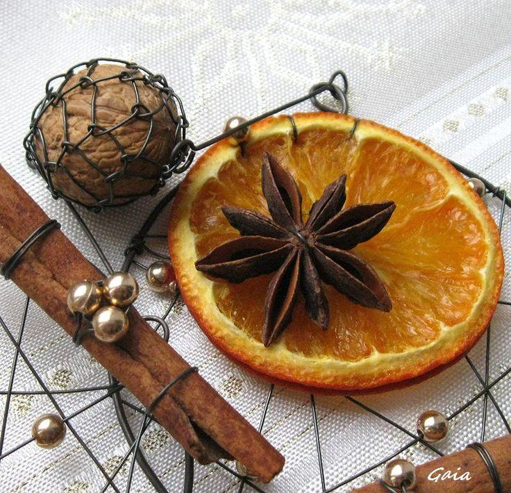 Vánoční+parfém+Závěs+plný+potěšení+pro+nos+i+jazýček:+pomeranč+a+oříšek.....mňam++badyán+a+skořice....hmmm,+voní+............doplněno+zlatem+a+nezbytným+drátem+............taková+hodně+malá+KPZ+:-))+Délka+závěsu:+49+cm+Gaia2014