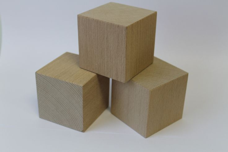 Buková kostka 7x7x7cm. Je možné za příplatek nechat na kostku cokoliv vygravírovat.