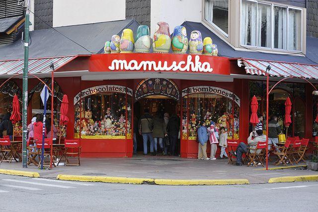 Chocolateria....Mamuschka Chocolate Shop - Bariloche, Argentina. Son  muy ricos...los chocolates