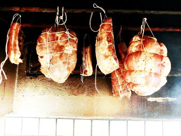 Jambon traditional sau pulpa de porc afumata, facut in casa, fara conservanti. Totul natural si sanatatos, cu gust diferit fata de produsele din comert.
