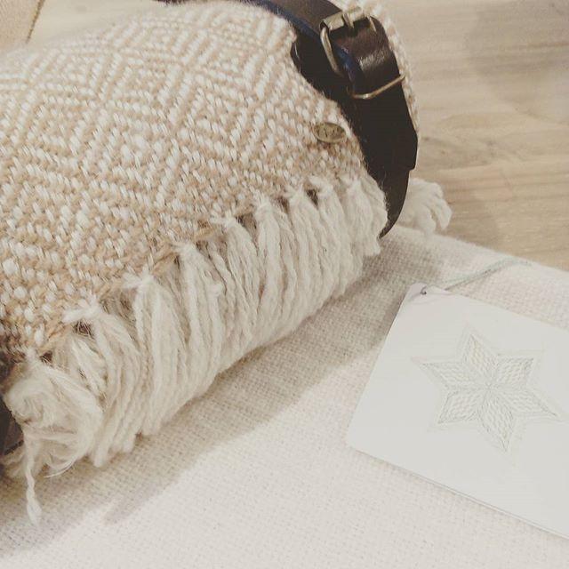 Nuestras mantas de pura fibra de llama hiladas y tejidas artesanalmente por un grupo de mas de 50 tejedoras de distintas comunidades de la Puna Argentina. . . . . . . #weareobra #fibrasnaturales #tejiendoredes #tejidos #saberesancestrales #tecnicastradicionales #telar #mantas #llama