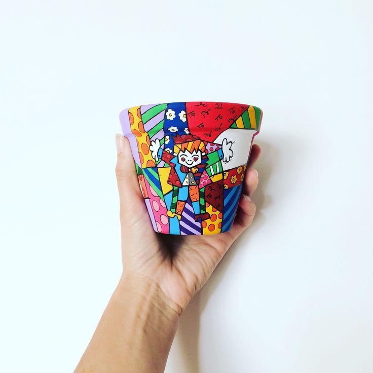 Vaso 8cm  Faça sua encomenda,   faço vários desenhos animados!! Romero Brito #vasospersonalizados #desenho #colorido #alegre #amor #cor #artista #painted #mother #art #craft #flowers #vase #color #colorful #drawing #love #painting #artist #clay #romerobritto