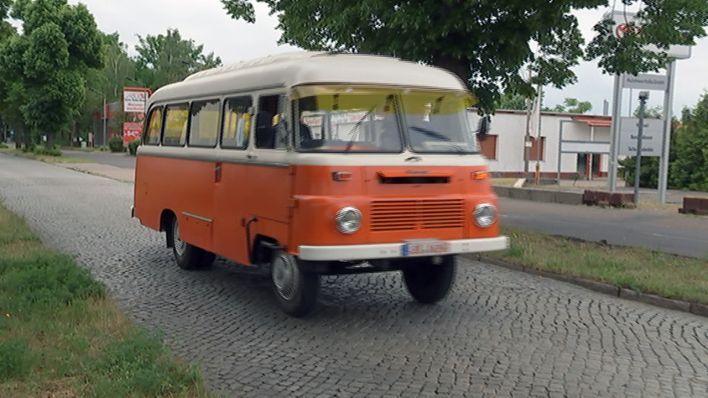 """Ein alter DDR Bus(""""Robur"""") auf der Straße in Brandenburg. (Quelle: rbb)"""