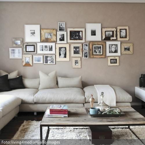 Ein Wohnzimmer im natürlichen Look: In Form der Fotogalerie an der Wand wird das Holz des Couchtisches wieder aufgegriffen. Ähnliche Wohnzimmer auf www.roomido.com/wohnideen/wohnzimmer/natuerlich