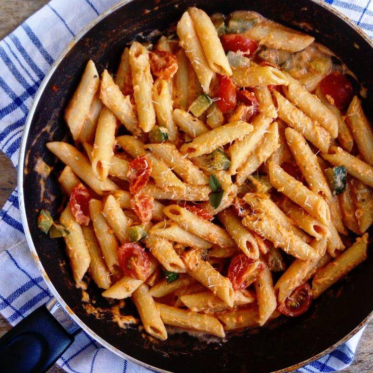 """Penne Lago di Garda  Recept:  Ingredience:     cestoviny penne     2 strúčiky cesnaku     cuketa (uhorka)     rajčinový pretlak     cherry rajčiny     syr ricotta (syr v črievku)     šalvia     rozmarín     oregano     tymián     olivový olej      soľ    parmezán  Postup: Cestoviny uvaríme v osolenej vode do podoby """"al dente"""".  V panvici na oleji orestujeme strúčiky cesnaku, prihodíme cuketu (uhorku) nakrájanú na kocky a necháme zmäknúť. Potom cesnak vyberieme, pridáme jednu naberačku…"""