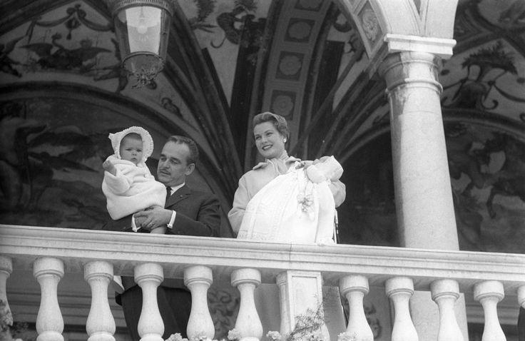 Am 14. März 1958 verkünden 101 Salutschüsse im Fürstentum Monaco die erhoffte Geburt eines Erbprinzen: Albert Alexandre Louis Pierre heißt der Zweitgeborenen des Fürstenpaares Rainier III. und Grazia Patricia. Er erhält den Titel des designierten Thronfolgers und ist fortan, gerade mal um die 50 Zentimeter groß, seine Fürstliche Durchlaucht, der Erbprinz von Monaco, der Marquis de Baux.