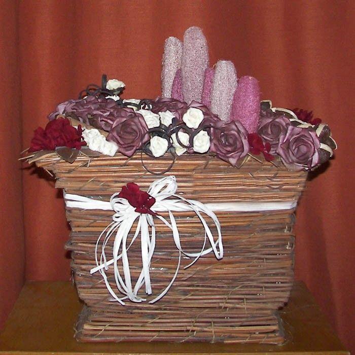 La Paisaje de Flor Seca Burdeos. La artesanía con las flores secas y las cestas de flores dan toques de color y aportan calidez a nuestros regalos de cumpleaños o aniversarios. También puedes comprar flores para las madres de los novios. Una cesta de flores secas naturales es uno de nuestros regalos especiales para la boda.   Elaboración: cesta rústica con flores secas como por ejemplo semillas y cáscaras de bayas secas, especies y maderas naturales