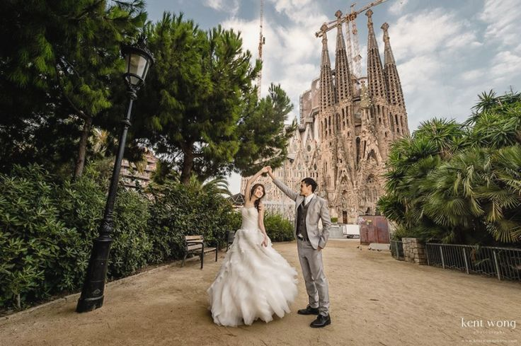 This Barcelona pre-wedding session is full of romantic charm!