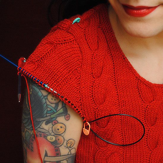 En este blog ( poner traductor) os enseñan a tejer las mangas desde las sisas (parte de arriba) paso a paso-  How to knit seamless set-in sleeves from the top down