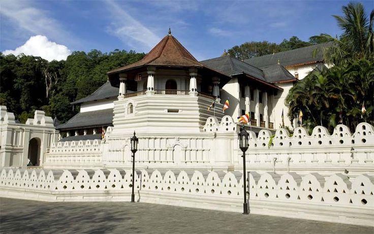 In de Temple of the Tooth bevindt zich de heilige reliek van de hoektand van Boeddha. De tempel staat in Kandy en is de belangrijkste tempel van Sri Lanka. Rondreis - Vakantie - Sri Lanka - Kandy - Temple of the Tooth - Stadstour - Original Asia