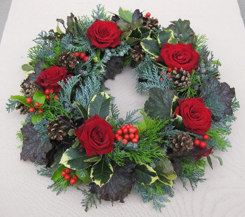 Tutorial on how to make this beautiful, fresh xmas wreath using a wet foam (oasis) base.  www.bbc.co.uk