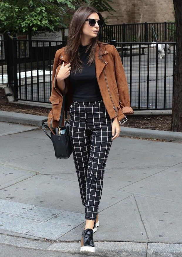 Confira os looks da top model Emily Ratajkowski, com calça alta xadrez, blazer suede e bota moderninha, ela saiu do óbvio nesse look quase básico.