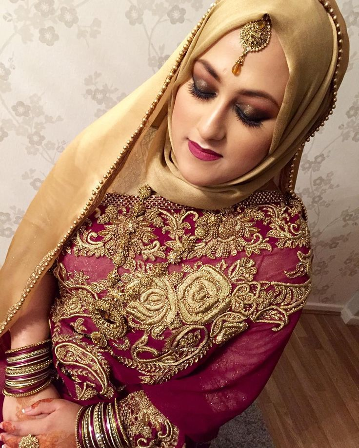 My last bride of 2015. Stunning #hijabibride Roshni on her #engagement. She was ecstatic that id been booked for her by her other half Sorry for my lack of posts this holiday. I wasn't given permission from most my brides apart from a few which i did Please bear with me ill respond back to all emails and messages over the next few days. #lipamakeup #asianbride #asianmakeupartist #london #realbride #vegas_nay #illamasqua #nofilter #noedit #bengalibride #bangladeshi_bridalglam…