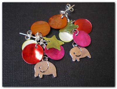 Boucles d'oreille en métal argenté et nacre, agrémentées de breloques éléphants !