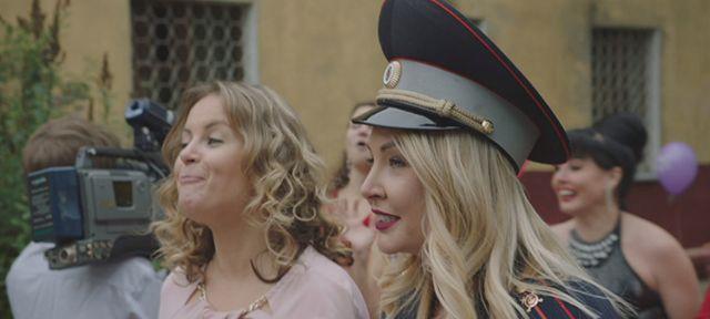 Три влюблённые пары — татарская, армянская и русская — готовятся сыграть свадьбы.