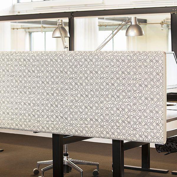 Bordskærmene monteres med specialdesignede L-formede beslag direkte på bordet. Monteringen sænker panelet 15 cm under bordfladen. http://kurage.dk/akustik/bordskaerme/
