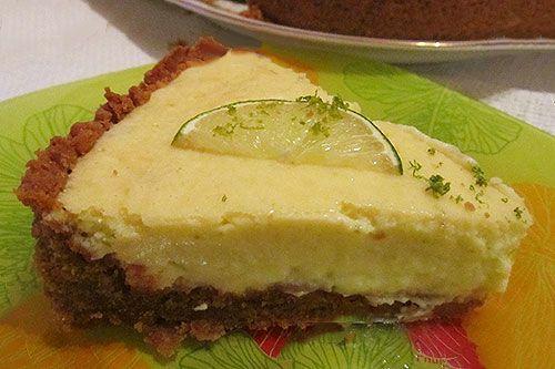 Лаймовый пирог http://mysadzagotovci.ru/lajmovyj-pirog/  Невероятно ароматный, нежный и вкусный пирог. Побалуйте своих родных и друзей, не пожалеете. Состав: 225 гр. песочного печенья, 125 гр. сливочного масла, 1 банка сгущенного молока, 4 яичных желтка, 125 мл сливок (33%), 125 мл сока свежего лайма, 2 ч. ложки цедры лайма. Приготовление: раскрошите печенье. Растопите сливочное масло в миске. Соедините масло с крошками. […]