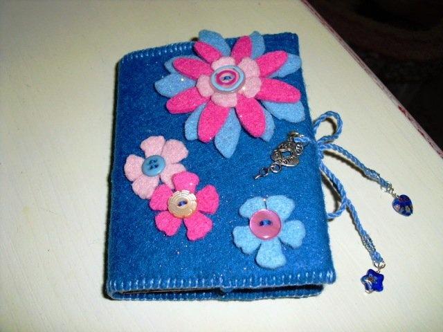 Agenda con fodera e fiori in feltro - Notebook with felt cover and felt flowers