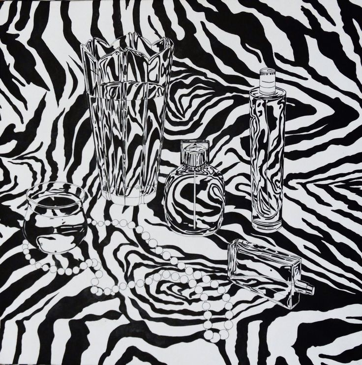 Прозрачные предметы на ткани с узором зебры