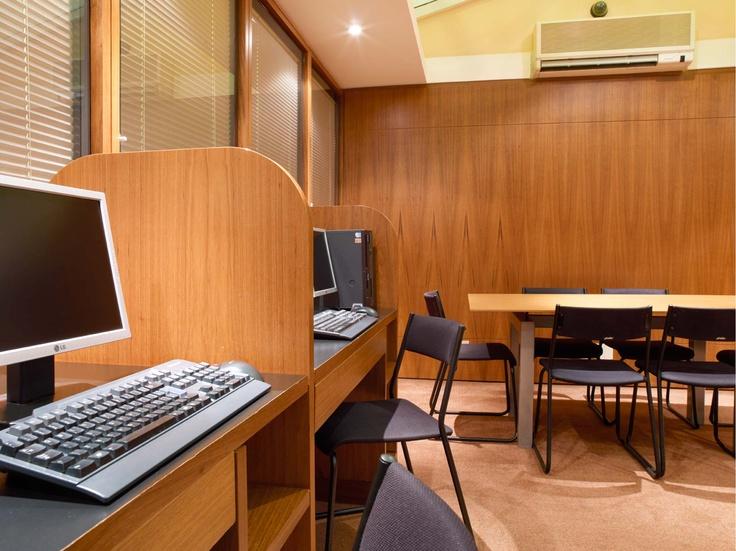 Business Center, com acesso a internet e mesa de reunião aberto 24 horas