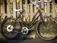 La bici con motore ibrido si ricarica solo con l'energia delle tue gambe Bike+ restituisce in salita l'energia accumulata in discesa e durante la frenata. Il motore, integrato nel mozzo della ruota posteriore, pesa solo tre chili e non ha mai bisogno di essere collegato alla corrente.