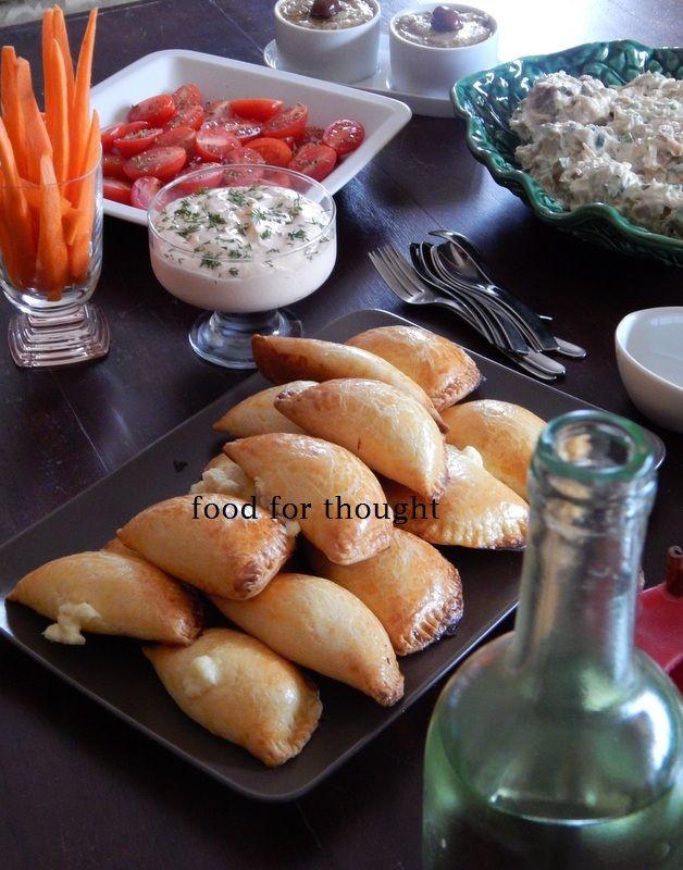 Τσίπουρο με φίλες (τυροπιτάκια, τσίπουρο, ντιπ καπνιστού σολωμού, ντοματίνια, καρότα, κοτοσαλάτα, ντιπ αντζούγιας) http://laxtaristessyntages.blogspot.gr/2014/04/damaskina-me-beikon.html