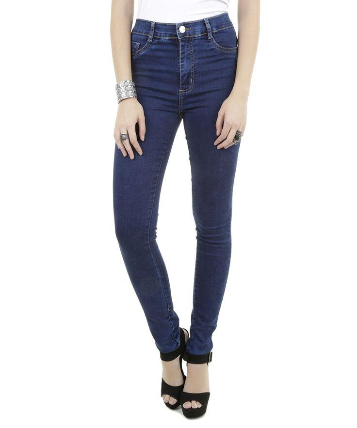 A calça foi desenvolvida em jeans de toque leve e macio.  A modelagem skinny tem caimento ajustado desde o quadril até a barra e a cintura é alta. O cós tem passantes e o fechamento é por zíper e dois botão.  Tem dois bolsos decorativos na parte frontal e dois bolsos aplicados na parte posterior.   Compre e brilhe!  Composição: 75% Algodão 23% Poliéster 2% Elastano  Modelo Veste: 38 Altura: 1,78m Busto: 84cm Cintura: 61cm Quadril: 94cm