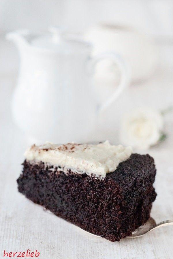 Guinness-Kuchen, tiefdunkel, saftig und unfassbar gut. Die Konsistenz ähnelt der von Brownies, ich liebe es! Nach diesem Rezept leicht und schnell gebacken.