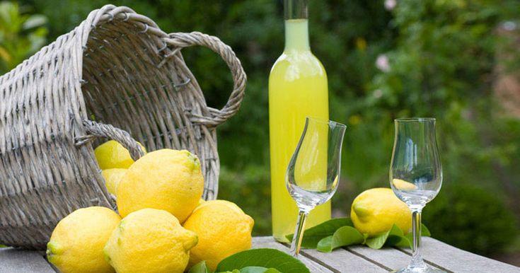 Για όσους δεν ξέρουν το Limoncello (Λιμοντσέλλο), πρόκειται για ένα χωνευτικό λικέρ, Ιταλικής προέλευσης, φτιαγμένο από φλούδες λεμονιού. Λέγεται ότι
