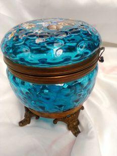 Antieke aqua blauwe Moser op voet met Email handgeschilderde Bloemen Boheemse Kunstglas