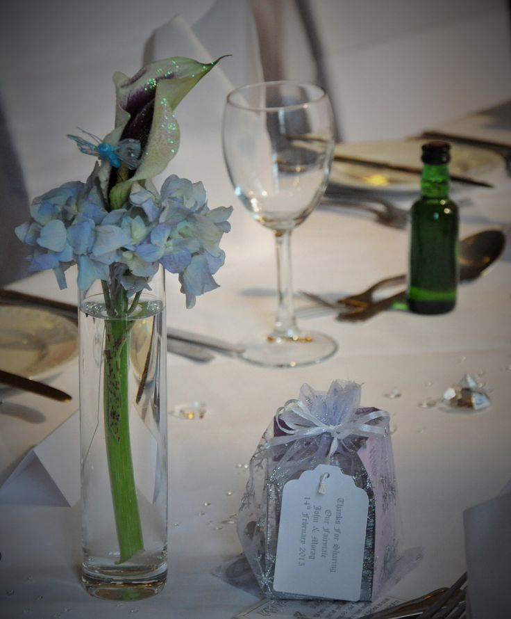 The dinnertable and gifts for the guests