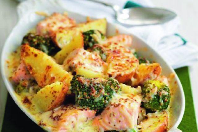Losos s brokolicí a bramborami | Apetitonline.cz